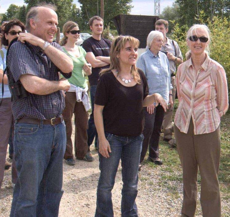 Jane Goodall, durante su última visita a Fundación Mona, junto a Olga Feliu y Richard Wrangham