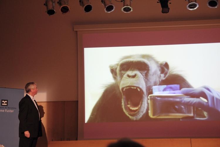 Frans de Waal durante su conferencia en la Biblioteca Jaume Fuster (por Rocío Cano)