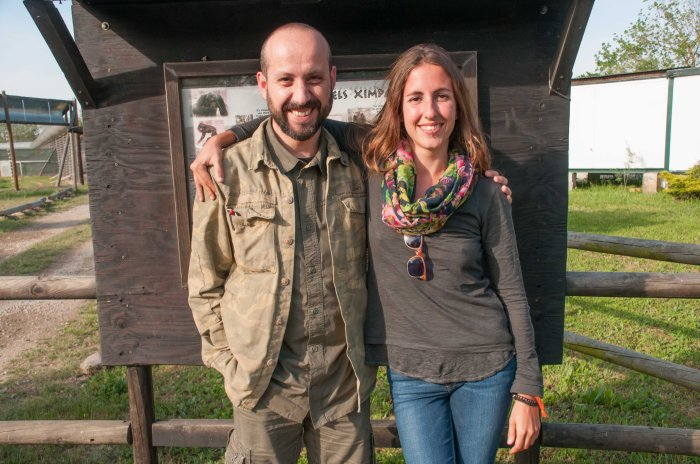 Miquel Llorente, Director del Máster en Primatología, junto a Sara Ortín días antes de marchase de viaje.